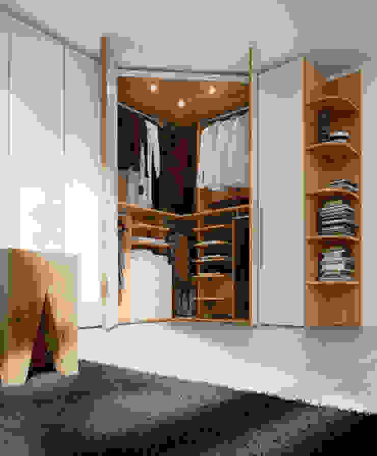 Built in Hinged Door Corner Wardrobe Quartos modernos por Bravo London Ltd Moderno
