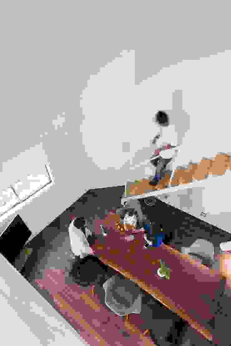 Salones modernos de 一級建築士事務所 本間義章建築設計事務所 Moderno
