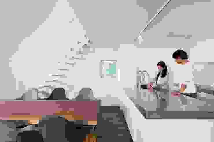 Cocinas modernas de 一級建築士事務所 本間義章建築設計事務所 Moderno