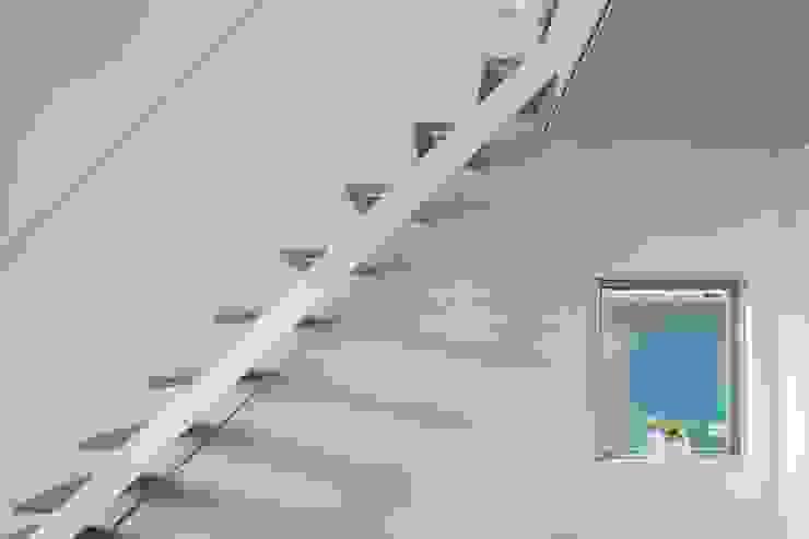 Pasillos, vestíbulos y escaleras modernos de 一級建築士事務所 本間義章建築設計事務所 Moderno