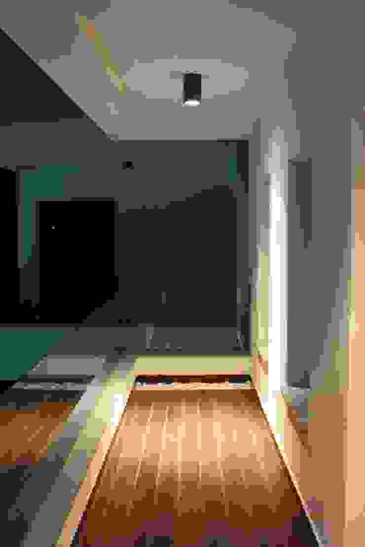 Hiên, sân thượng phong cách hiện đại bởi ESTUDIO P ARQUITECTO Hiện đại Đồ gốm