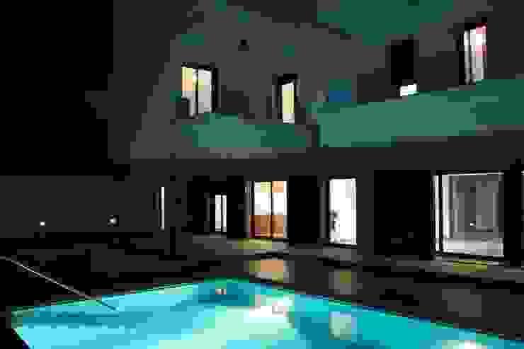 Бассейн в стиле модерн от ESTUDIO P ARQUITECTO Модерн Керамика