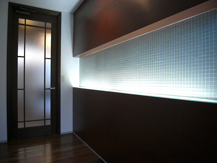 Modern Corridor, Hallway and Staircase by 俊建築設計事務所 Modern