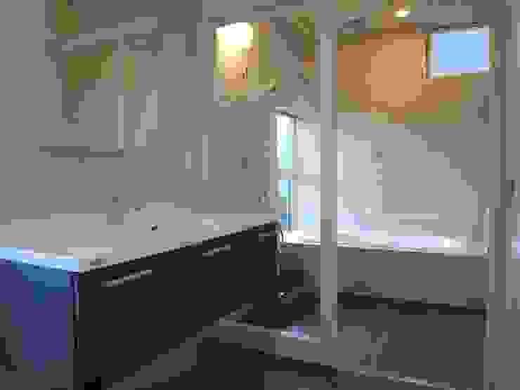Modern Bathroom by 俊建築設計事務所 Modern