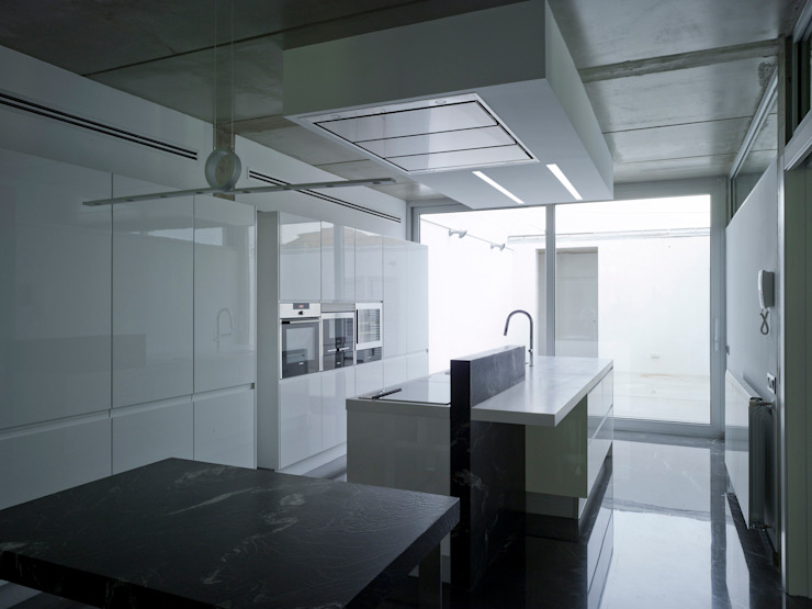 VIVIENDA EN CASTELLAR Cocinas de estilo moderno de daia arquitectes slp Moderno