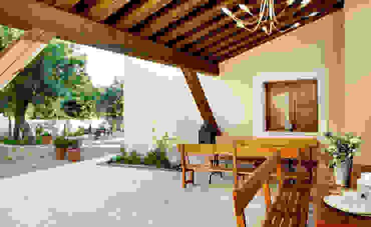 Casas EPPD Balcones y terrazas de estilo rural de Jacobo Lladó Estudio de Arquitectura Rural