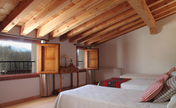 Country style bedroom by Jacobo Lladó Estudio de Arquitectura Country