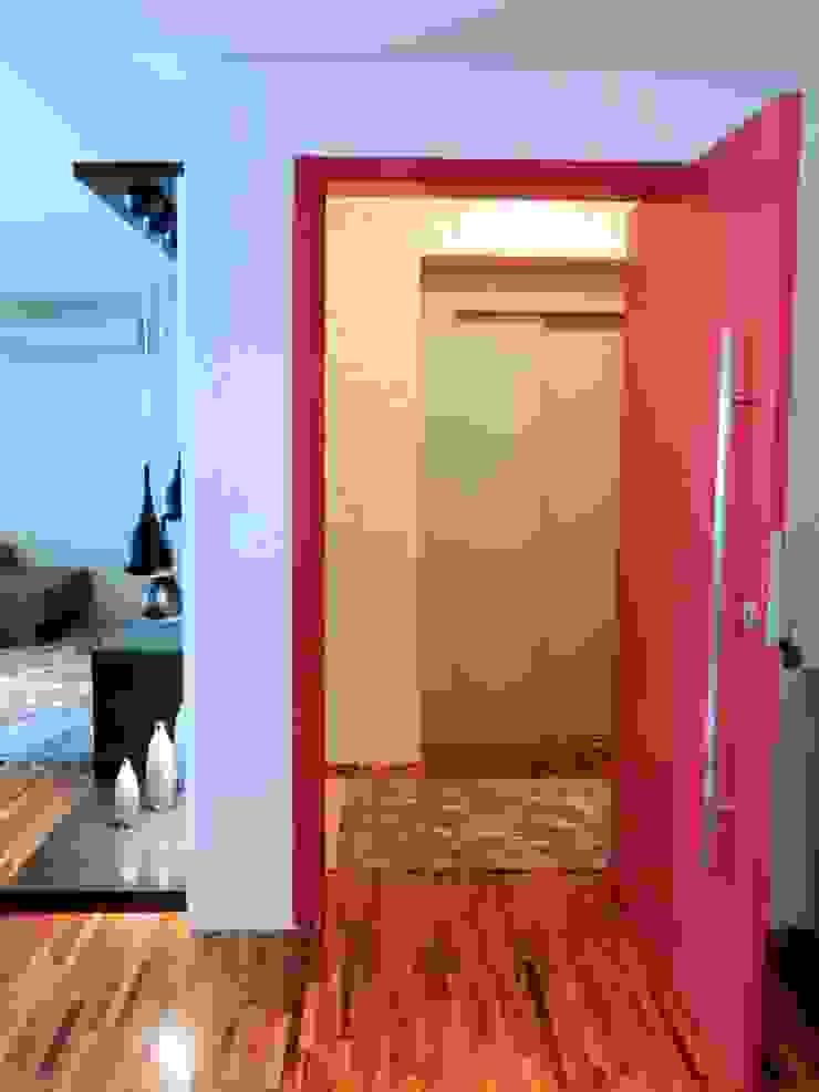Porta de entrada Corredores, halls e escadas modernos por Adriana Pierantoni Arquitetura & Design Moderno