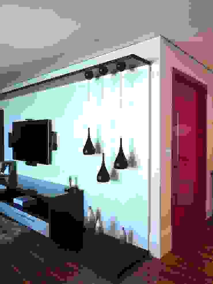 Detalhe das luminárias do Home Salas multimídia modernas por Adriana Pierantoni Arquitetura & Design Moderno