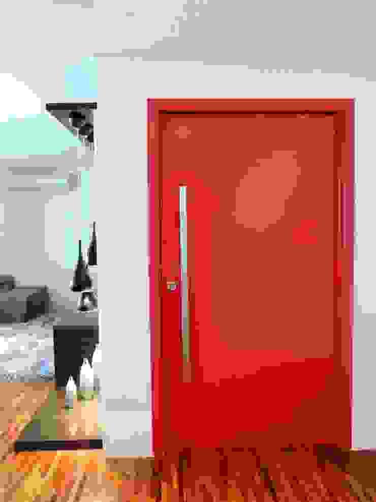 A cliente queria uma porta SUCESSO Portas e janelas modernas por Adriana Pierantoni Arquitetura & Design Moderno