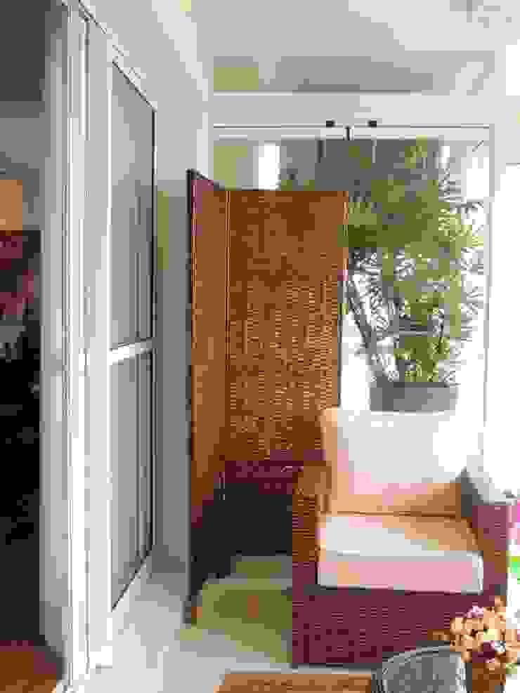 O Biombo escondeu a caixa das máquinas de ar condicionado Varandas, alpendres e terraços modernos por Adriana Pierantoni Arquitetura & Design Moderno
