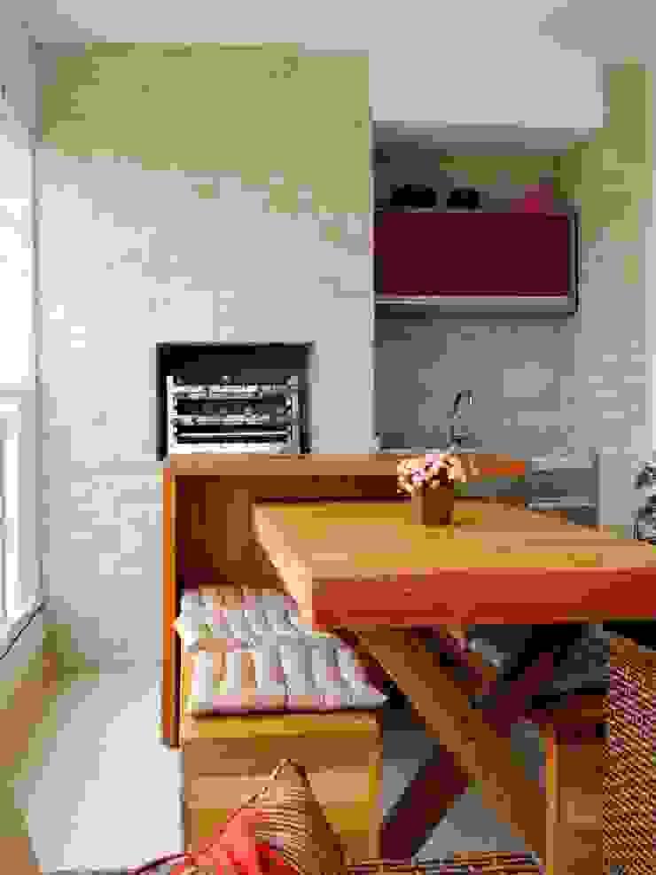 Mesa madeira de demolição Varandas, alpendres e terraços modernos por Adriana Pierantoni Arquitetura & Design Moderno
