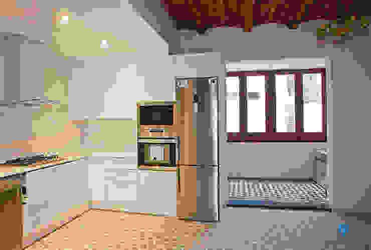 Cocina abierta al salón Cocinas de estilo rústico de Grupo Inventia Rústico Derivados de madera Transparente