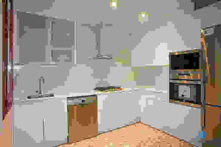 Reforma de cocina Cocinas de estilo rústico de Grupo Inventia Rústico Derivados de madera Transparente