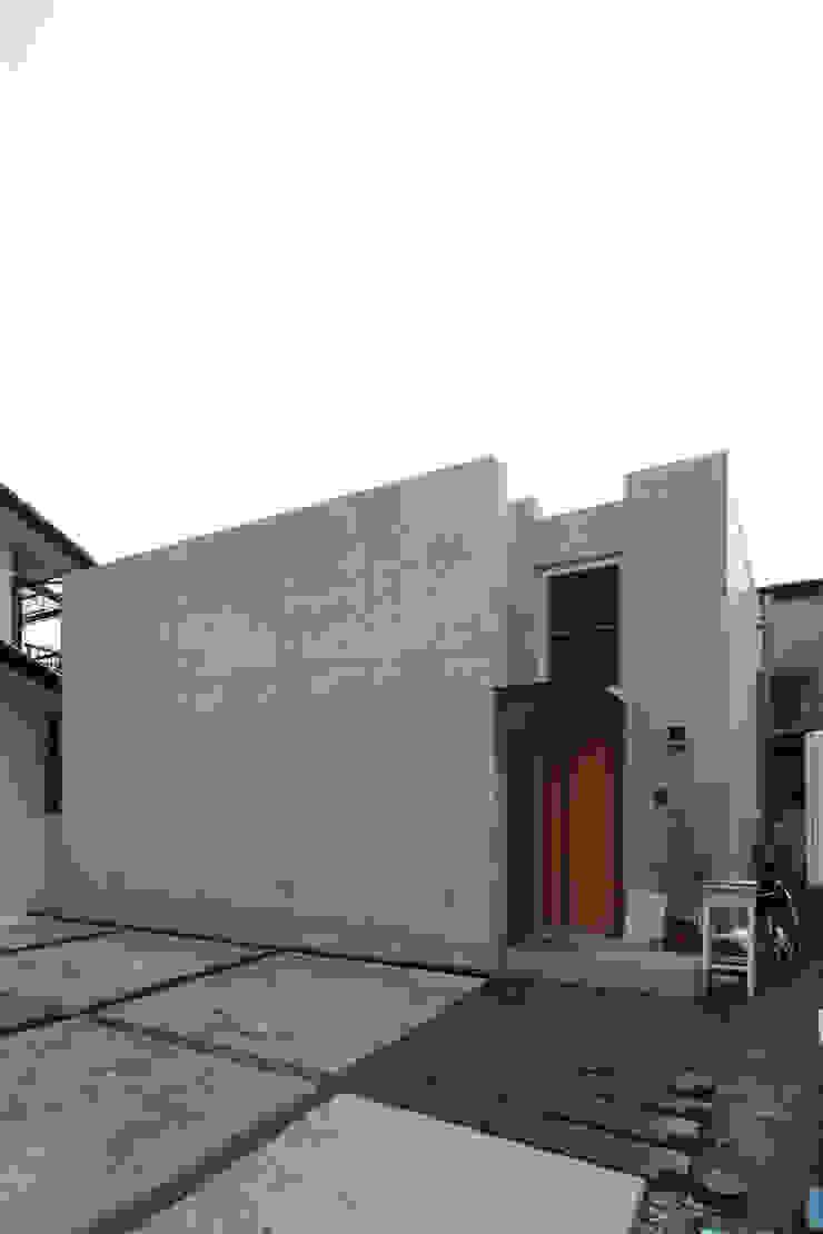 Modern Living Room by STUDIO POH Modern