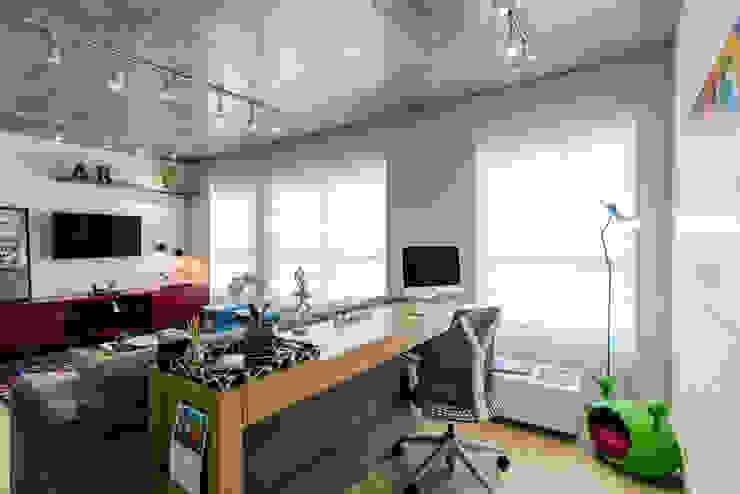 O Home Office está integrado com o Estar Escritórios modernos por Adriana Pierantoni Arquitetura & Design Moderno