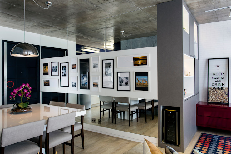 O corredor ganhou uma galeria de fotos Corredores, halls e escadas modernos por Adriana Pierantoni Arquitetura & Design Moderno