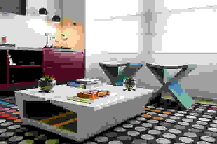 Mesa em laca com madeira na parte interna Salas de estar modernas por Adriana Pierantoni Arquitetura & Design Moderno