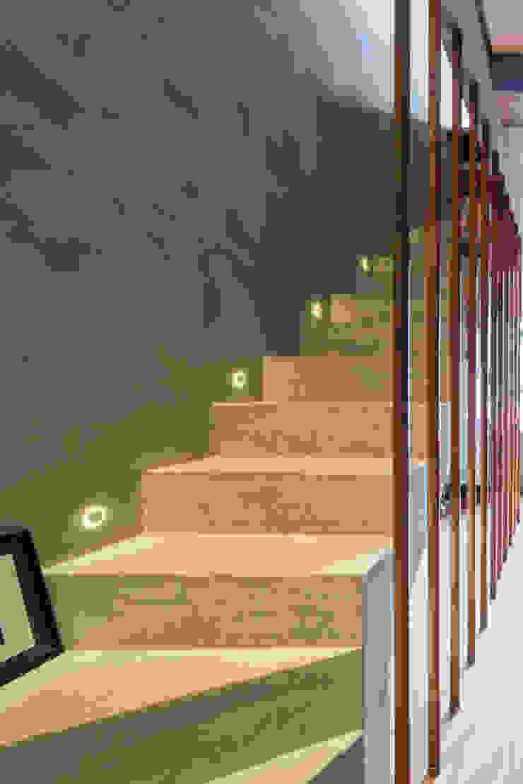 apto cobre/blue Casa100 Arquitetura Corredores, halls e escadas modernos