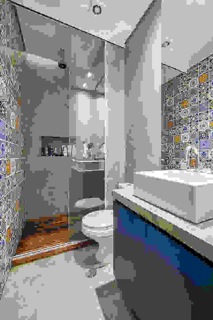 apto cobre/blue Casa100 Arquitetura Banheiros modernos