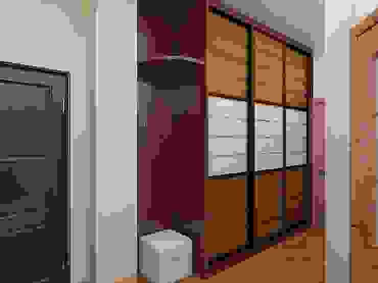 Современный облик квартиры с классическими элементами Коридор, прихожая и лестница в классическом стиле от Дизайн студия Марины Геба Классический