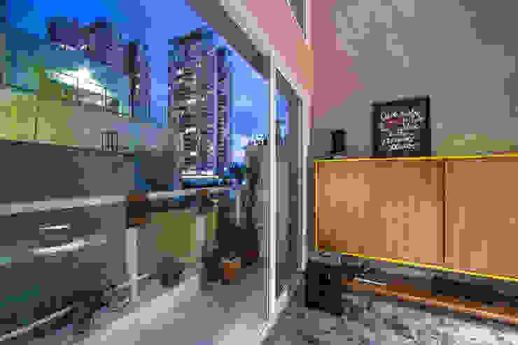 apto cobre/blue Casa100 Arquitetura Varandas, alpendres e terraços modernos