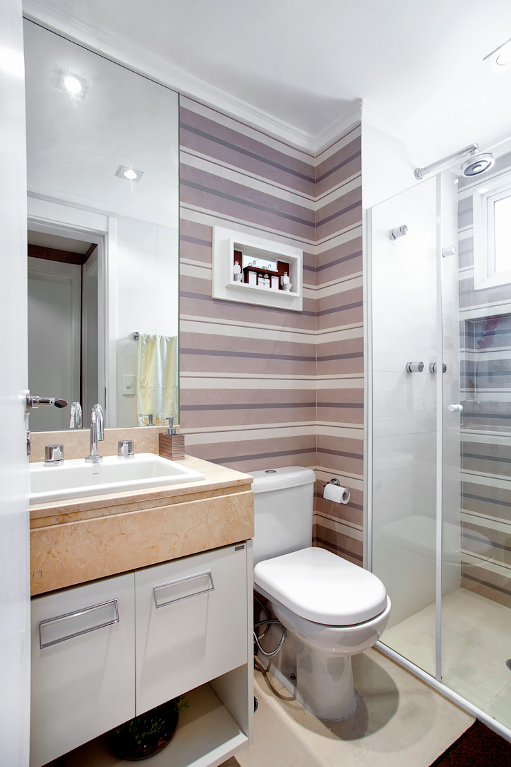 Banho social com acabamento listrado Banheiros ecléticos por Adriana Pierantoni Arquitetura & Design Eclético