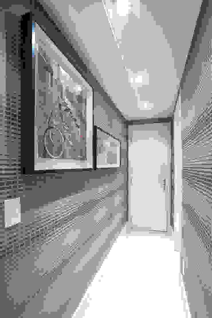 O papel de parede trouxe movimento Corredores, halls e escadas ecléticos por Adriana Pierantoni Arquitetura & Design Eclético