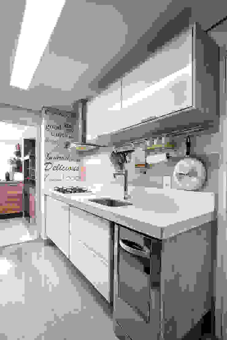 Cozinha nos tons café com leite Cozinhas ecléticas por Adriana Pierantoni Arquitetura & Design Eclético