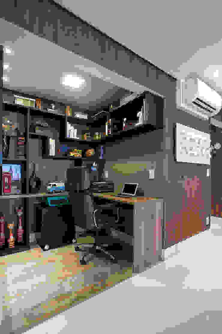 Ruang Studi/Kantor Gaya Eklektik Oleh Adriana Pierantoni Arquitetura & Design Eklektik