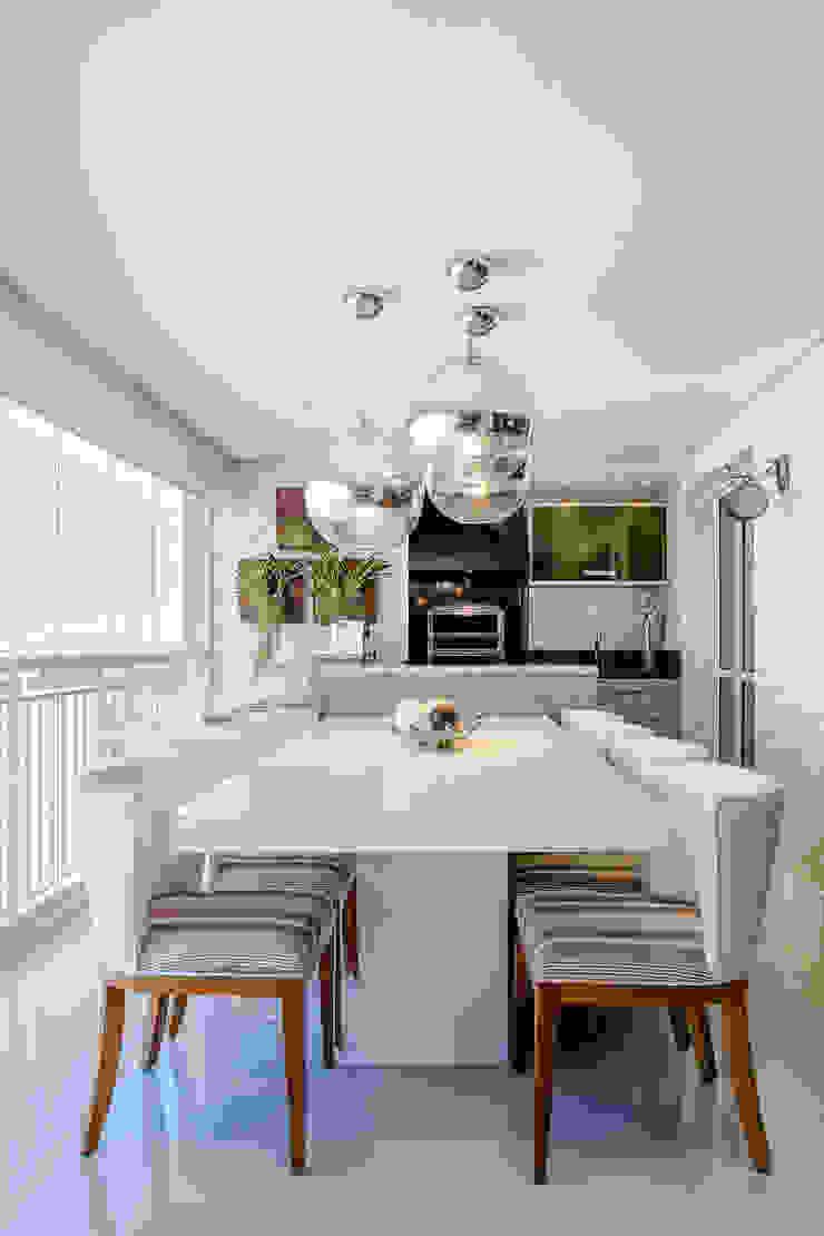 O Jantar foi projetado no Terraço Varandas, alpendres e terraços ecléticos por Adriana Pierantoni Arquitetura & Design Eclético