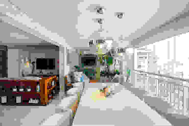 Balkon, Beranda & Teras Gaya Eklektik Oleh Adriana Pierantoni Arquitetura & Design Eklektik