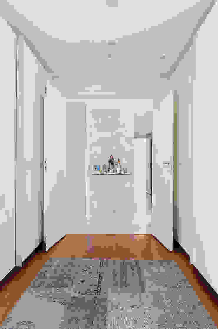 Thaisa Camargo Arquitetura e Interiores Modern corridor, hallway & stairs White