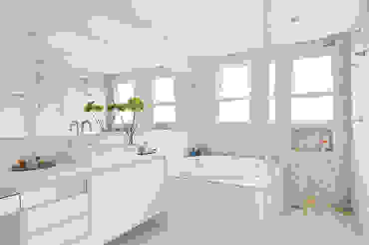 Thaisa Camargo Arquitetura e Interiores Modern bathroom White