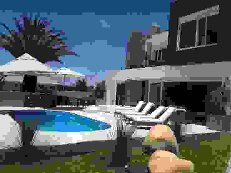Modern pool by MARTIN arquitetura + engenharia Modern