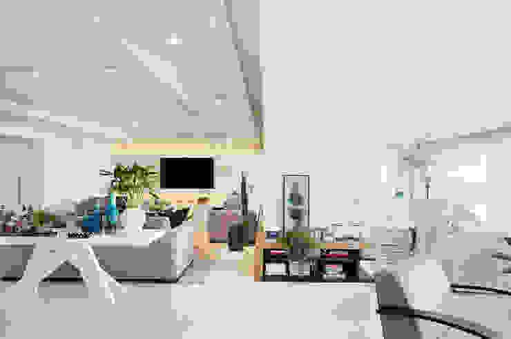 Thaisa Camargo Arquitetura e Interiores Modern living room White