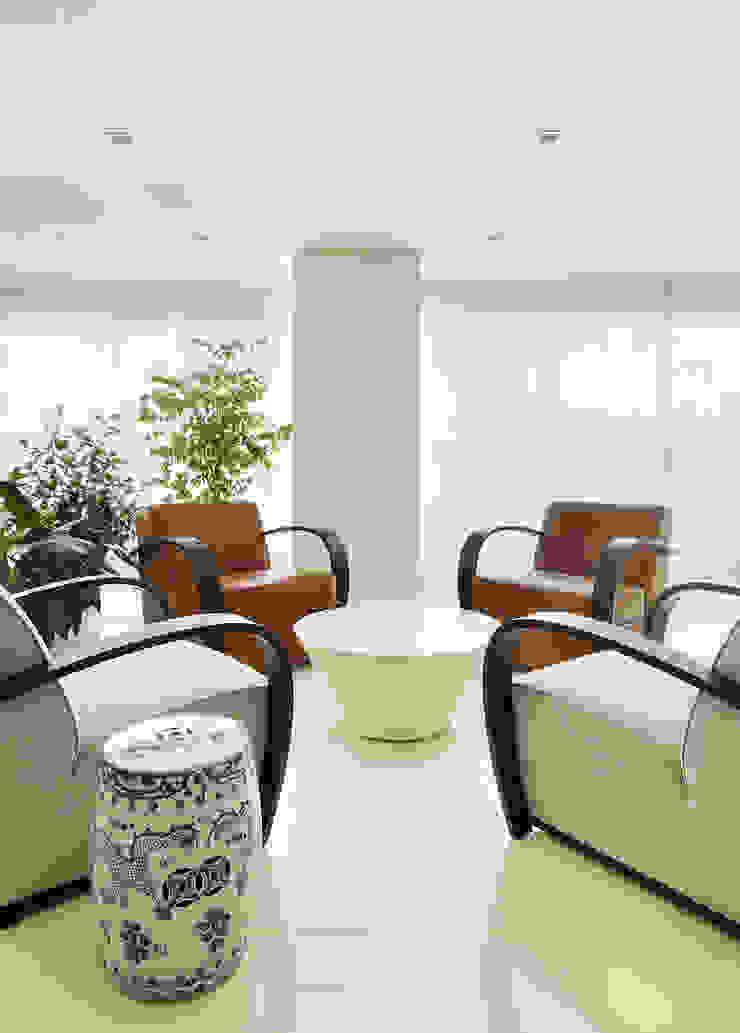 Thaisa Camargo Arquitetura e Interiores Minimalist balcony, veranda & terrace
