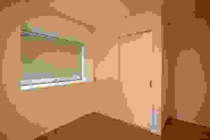 陶器風呂のある家 モダンスタイルの寝室 の 吉田設計+アトリエアジュール モダン