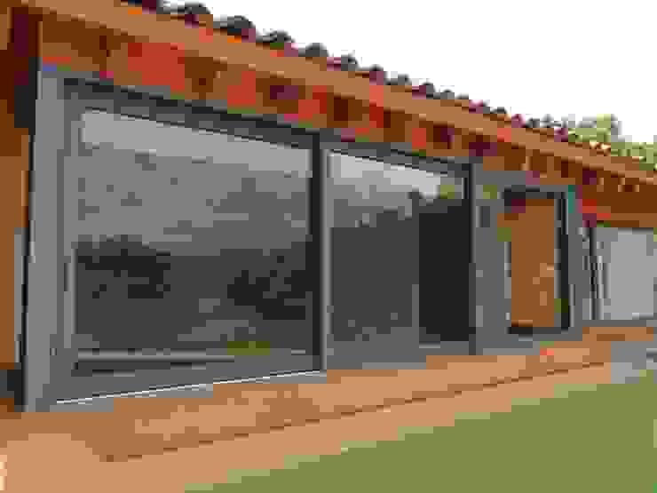 Ventanas Corredizas Puertas y ventanas de estilo clásico de Productos Cristalum Clásico Aluminio/Cinc