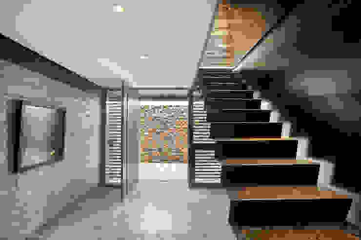 Casa Evans Pasillos, vestíbulos y escaleras modernos de A4estudio Moderno