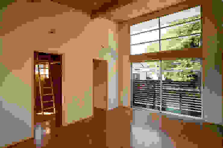 Salas de estar modernas por 一級建築士事務所 本間義章建築設計事務所 Moderno