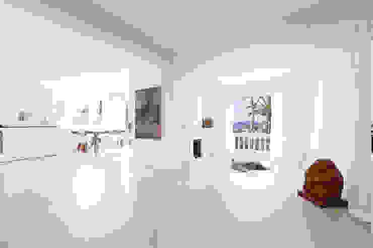 Reforma integral de una villa situada en Mallorca Salones de estilo minimalista de ISLABAU constructora Minimalista