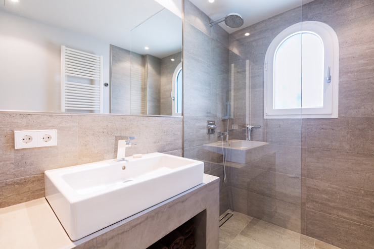 Minimalist style bathroom by ISLABAU constructora Minimalist