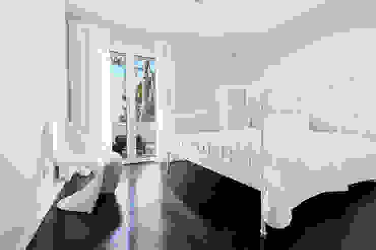 Reforma integral de una villa situada en Mallorca Dormitorios de estilo minimalista de ISLABAU constructora Minimalista