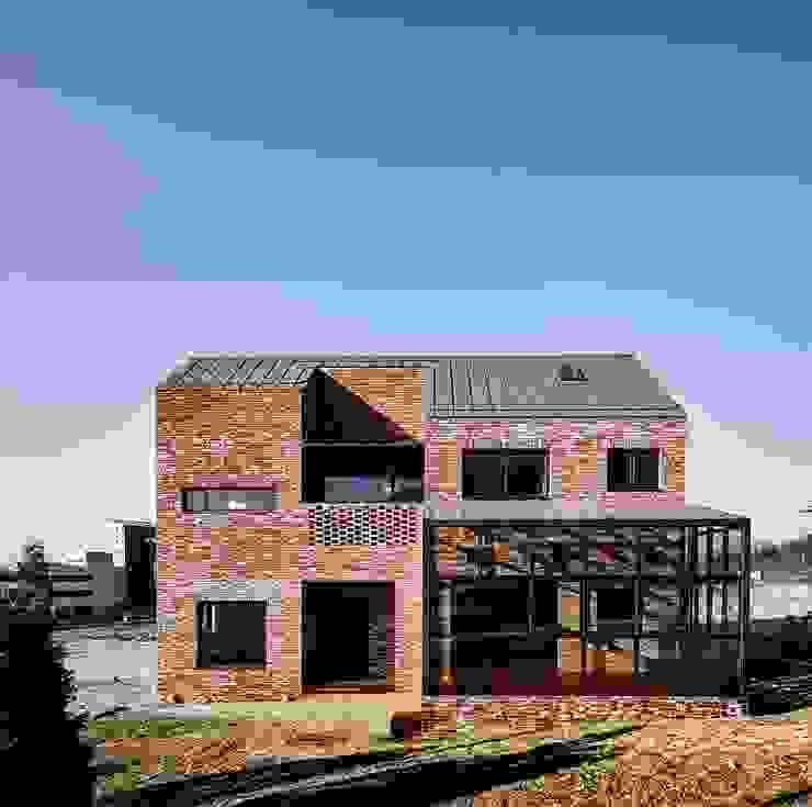 원주 W-House (박물관이 살아있다): (주)유타건축사사무소 의  주택