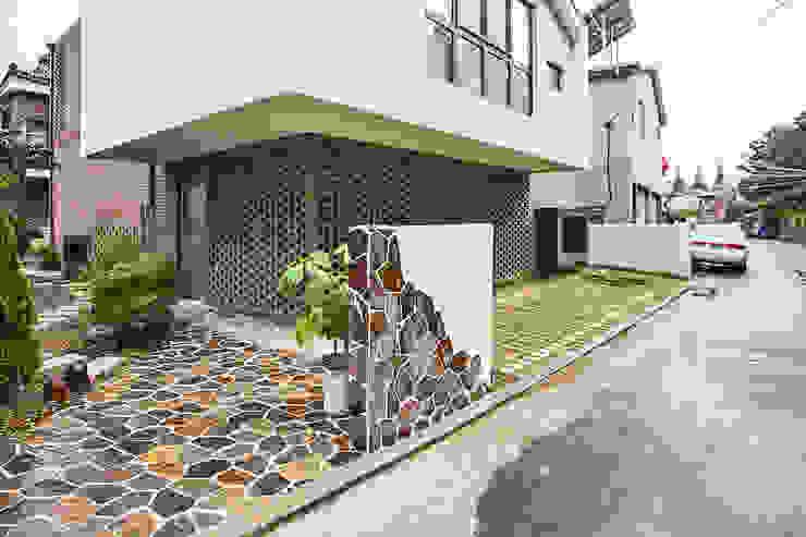 Casas modernas de (주)유타건축사사무소 Moderno Ladrillos
