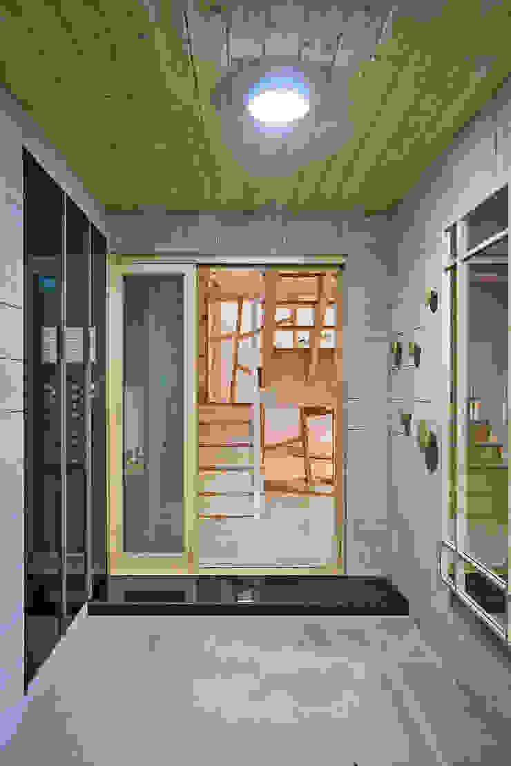 亞洲風玄關、階梯與走廊 根據 (주)유타건축사사무소 日式風、東方風 木頭 Wood effect