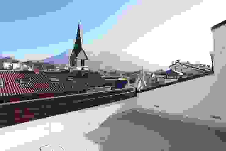 Ristrutturazione ed arredo su misura di un attico con soppalco Balcone, Veranda & Terrazza in stile moderno di Mangodesign Moderno
