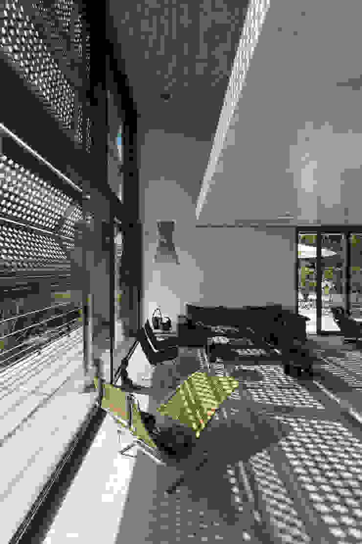 Single Family House Blocher Blocher India Pvt. Ltd. Modern living room