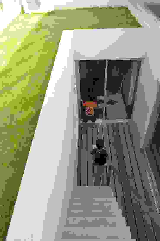 久安典之建築研究所 Minimalist Balkon, Veranda & Teras Masif Ahşap Beyaz